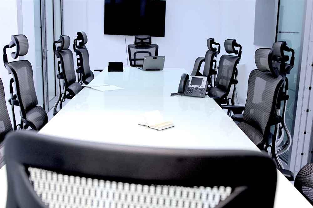 Sala de juntas con capacidad para 20 personas con servicios