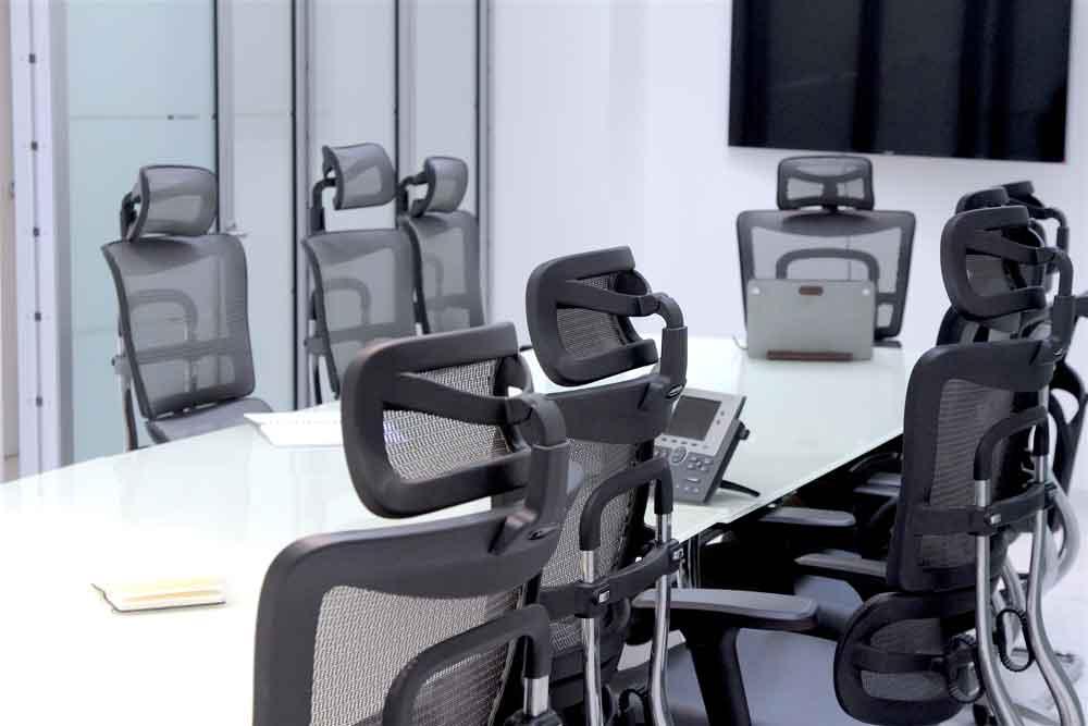 Sala de juntas para 8 a 10 personas con servicios