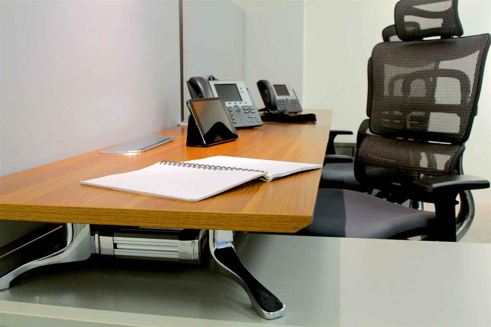 Oficina física con estilo moderno